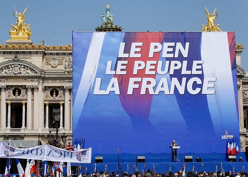 Manifestazione a Parigi nel 2007- Fonte https://it.wikipedia.org/wiki/Fronte_Nazionale_(Francia)#/media/File:Le_Pen_Paris_2007_05_01_n2_(cropped).jpg