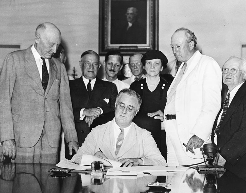 https://it.wikipedia.org/wiki/New_Deal#/media/File:Signing_Of_The_Social_Security_Act.jpg